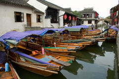Bateaux dans la ville de l'eau en Chine Image stock