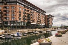 Bateaux dans le canal, secteur d'Aker Brygge, à Oslo, la Norvège Photographie stock libre de droits