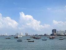 Bateaux dans le compartiment de la ville de mer Photo stock