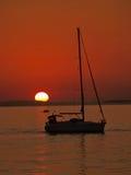 Bateaux dans le coucher du soleil Photo stock
