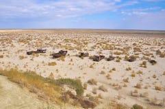 Bateaux dans le désert sur l'ancien site de la mer d'Aral Photographie stock libre de droits