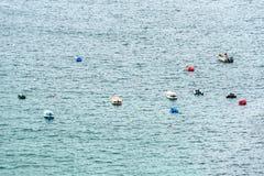Bateaux dans le DES Trepasses de Baie près du chapeau Sizun (Frances) Image stock