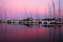 Bateaux dans le lever de soleil image libre de droits