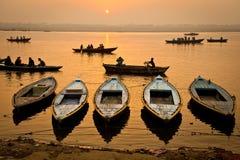 Bateaux dans le lever de soleil - Varanasi, Inde images libres de droits