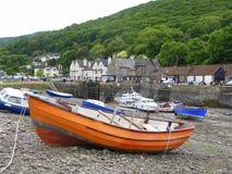 Bateaux dans le port à marée basse Photo stock
