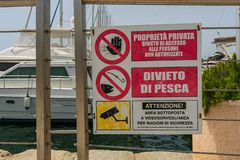 Bateaux dans le port de Cagliari photos stock