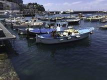 Bateaux dans le port de Capri Image libre de droits
