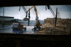 Bateaux dans le port de cargaison pendant l'op?ration de cargaison Vue sur la d?charge du bois de papeterie du pont sweden images stock