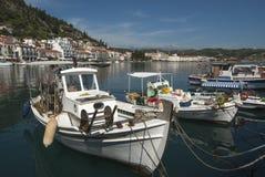 Bateaux dans le port de Gytheio Photo libre de droits