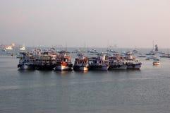 Bateaux dans le port de Mumbai Photo libre de droits