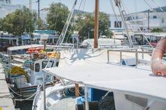 Bateaux dans le port de Pollonia Photos stock