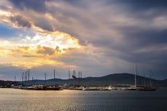 Bateaux dans le port de Sozopol au coucher du soleil Image libre de droits