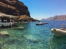 Bateaux dans le port en mer transparente Photos stock
