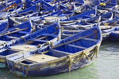 Bateaux dans le village de pêche photos libres de droits