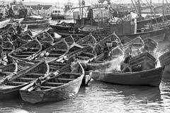 Bateaux dans le village de pêche image libre de droits