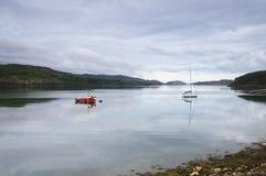 Bateaux dans les eaux calmes Photos stock