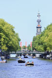 Bateaux dans un canal dans la vieille ville d'Amsterdam Photo stock