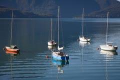 Bateaux dans un jour d'été sur le lac Como, Italie Photos libres de droits