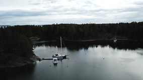 Bateaux dans un laguun attendant pour exposer au soleil le riz photo libre de droits