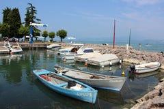 Bateaux dans un petit port chez Peschiera, policier de lac Images stock