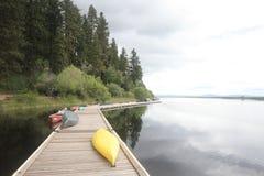 Bateaux dans une marina sur un lac Images libres de droits