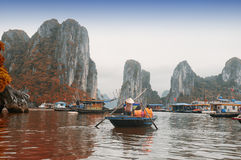 Bateaux de bambou du Vietnam de baie de Halong photographie stock libre de droits