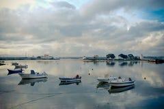 Bateaux de Barreiro dans la rivière et les moulins photos libres de droits