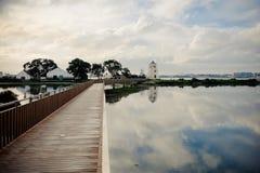 Bateaux de Barreiro dans la rivière et les moulins photographie stock