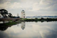 Bateaux de Barreiro dans la rivière et les moulins photo stock