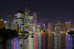 Bateaux de Brisbane la nuit image libre de droits