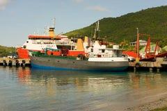 Bateaux de cargaison et de passager dans les îles au vent Photo libre de droits