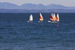 Bateaux de chat de Hoby sur l'eau bleue d'océan Photographie stock libre de droits