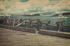 Bateaux de croisière amarrés à quai sur le terminal de croisière Photographie stock libre de droits