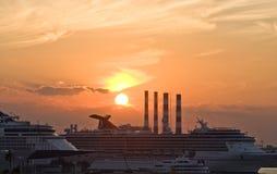 Bateaux de croisière au dock avec l'industrie Photos stock