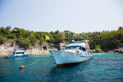 Bateaux de croisière avec des touristes outre de l'île en mer d'Andaman photo stock