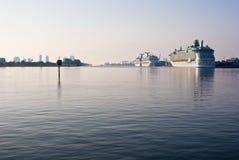 Bateaux de croisière dans le port Photographie stock libre de droits