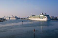 Bateaux de croisière dans le port Photos stock