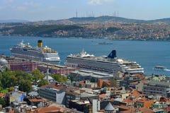 Bateaux de croisière dans le port d'Istanbul Photo libre de droits