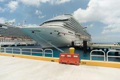 Bateaux de croisière dans le port de Cozumel Photo libre de droits