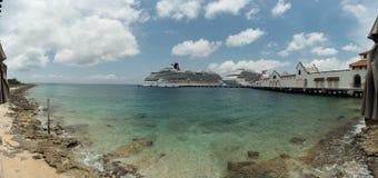 Bateaux de croisière dans le port de Cozumel Photos stock
