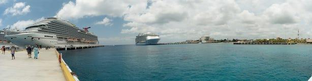 Bateaux de croisière dans le port de Cozumel Images stock