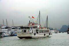 Bateaux de croisière dans le port de Haïphong Images libres de droits