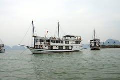 Bateaux de croisière dans le port de Haïphong Photos stock