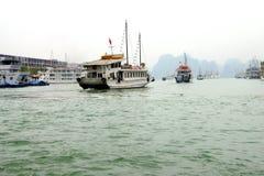 Bateaux de croisière dans le port de Haïphong Photo libre de droits