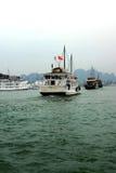 Bateaux de croisière dans le port de Haïphong Photographie stock