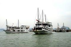 Bateaux de croisière dans le port de Haïphong Images stock