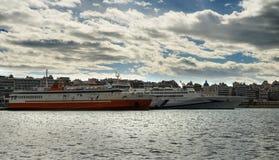 Bateaux de croisière dans le port de Le Pirée à Athènes Grèce Photo libre de droits