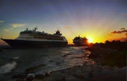 Bateaux de croisière dans le port sur le coucher du soleil photos libres de droits