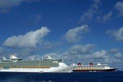 Bateaux de croisière dans le port sur Grand Cayman Photo libre de droits