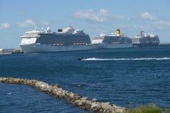 Bateaux de croisière en mer Photographie stock libre de droits